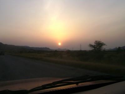 Zonsopkomst. Op de weg naar de grens met Kenia.