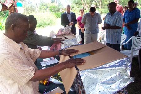 Voordat we de boekjes naar de dorpen hebben gebracht, hadden we een kleine viering op ons vertaalcentrum. De kerkleiders uit de regio hebben met handoplegging gebeden dat deze boekjes tot zegen zullen voor heel veel mensen.