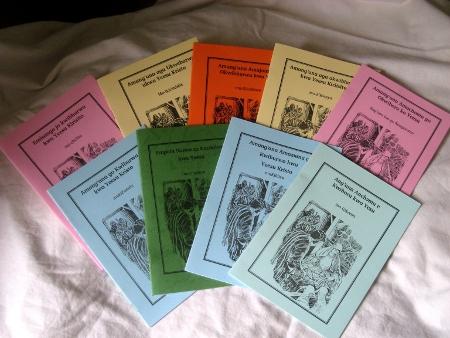 De boekjes met het Kerstverhaal in negen talen