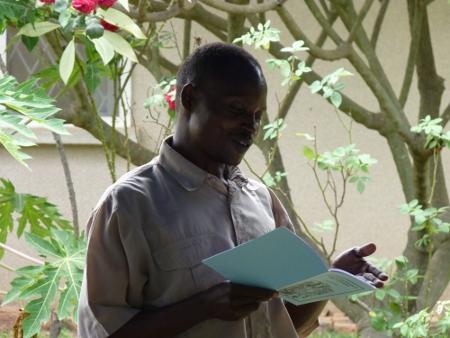 Mchungaji Robert Mago leest voor uit de Simbiti-vertaling
