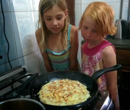 Michaja en Elisa bakken een traditioneel gerecht: chips mayai (patat in gebakken ei)