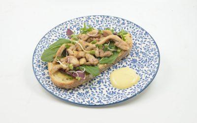 Bijenbaas recept: toast met honingkip en mosterd mayonaise