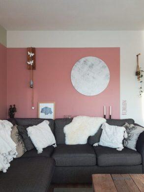 woonkamer gezellig maken met roze kleurvlak en muurcirkel