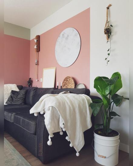 Roze kleurvlak woonkamer