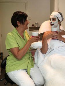 gezichtsbehandeling zilver masker thee drinken