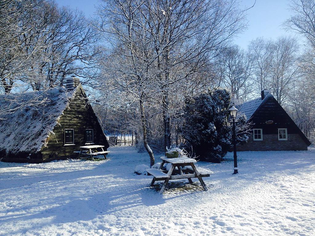 Bijzondere-Overnachting-Origineel-Overnachten-Slapen-in-een-plaggenhut-en-plaggenkeuterij-in-Drenthe3