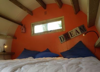 Bijzondere Overnachting Origineel Overnachten Slapen in een boomstam op Veluwe Camping De Pampel3