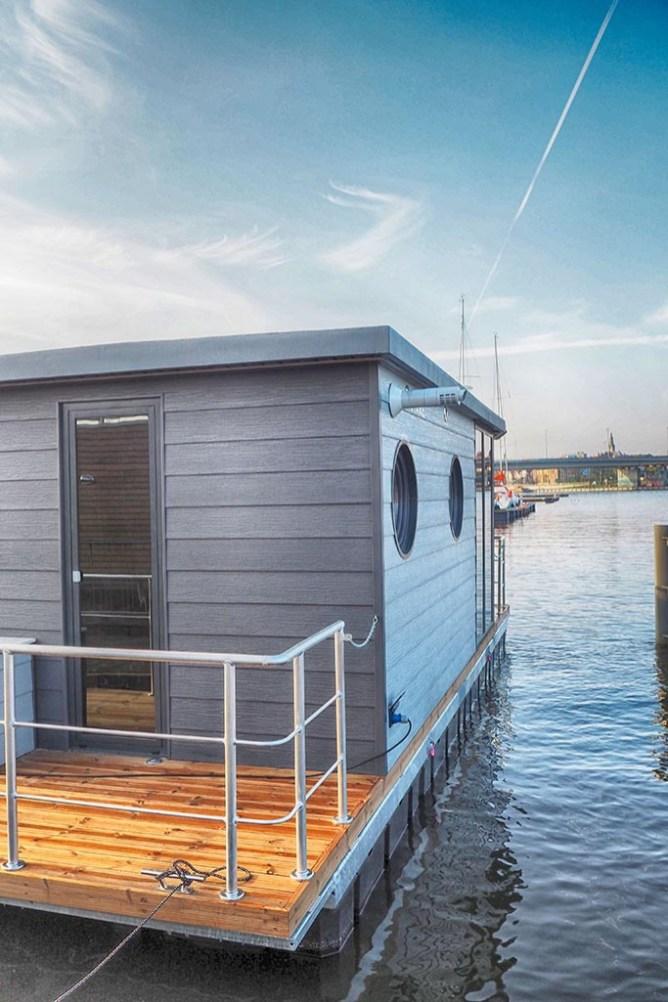 Bijzondere-Overnachting-Origineel-Overnachten-Slapen-op-de-Tiny-Hanzeboat-met-uitzicht-op-Zwolle1