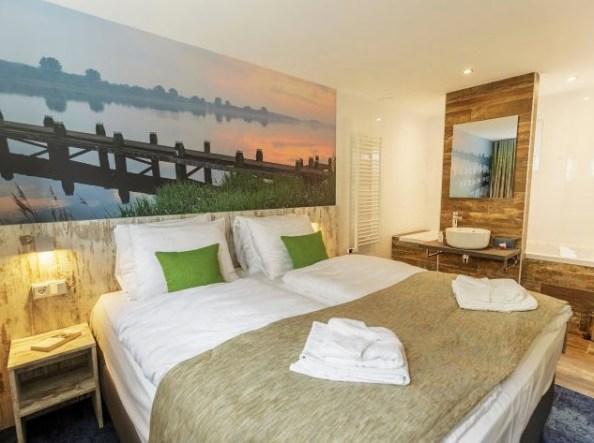 Bijzondere-Overnachting-Origineel-Overnachten-Slapen-op-het-water-in-een-woonboot-van-Center-Parcs-Kempervennen15