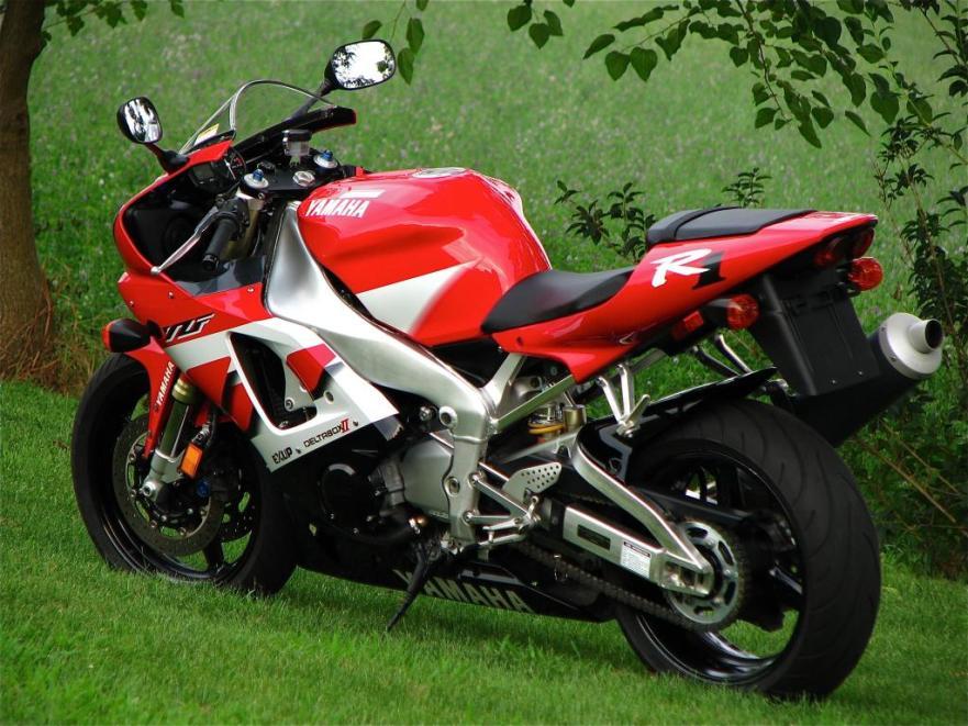 Yamaha R1 - Left Side