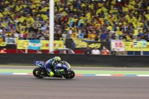 Valentino Rossi tar andraplatsen framför sina lojala fans i Argentina.