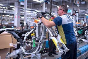 Nej, det är inte någon vit KTM. Husqvarna ägs av KTM men har inte samma utvecklingsavdelning gällande chassi och dess komponenter.