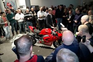 Daniel Sjögren hos svenska Ducati avtäcker Panigalen och startar upp den så att de ljuvliga V4-tonerna dånar i lokalen.