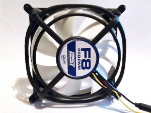 Ein PC-Lüfter sorgt für frische Luft im BikeCamper