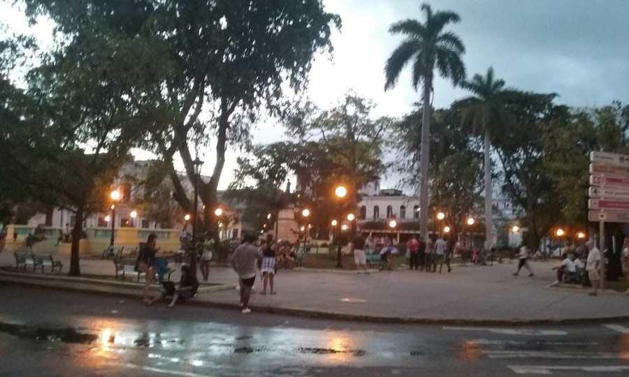 Dusk in a lively Cuban city park