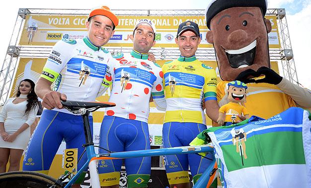 Da esquerda para direita: Caio Godoy, Magno Nazaret e Murilo Affonso com o mascote do evento