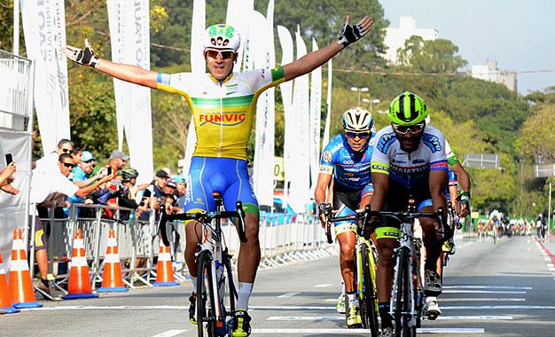 Murilo Affonso comemora a vitória na abertura da Volta de Guarulhos