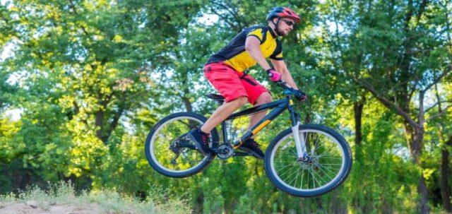 un chico haciendo saltos con su bicicleta de montaña
