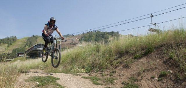 un hombre haciendo pequeños saltos con una bicicleta de montaña.