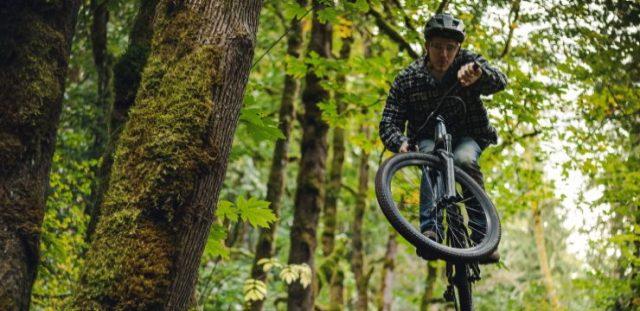 un hombre practicando sus saltos en bicicleta