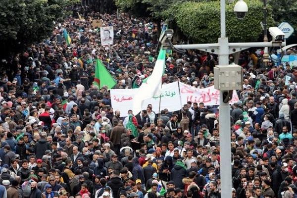 الجزائريون يخرجون للاحتجاج بالشوارع مُردّدين..