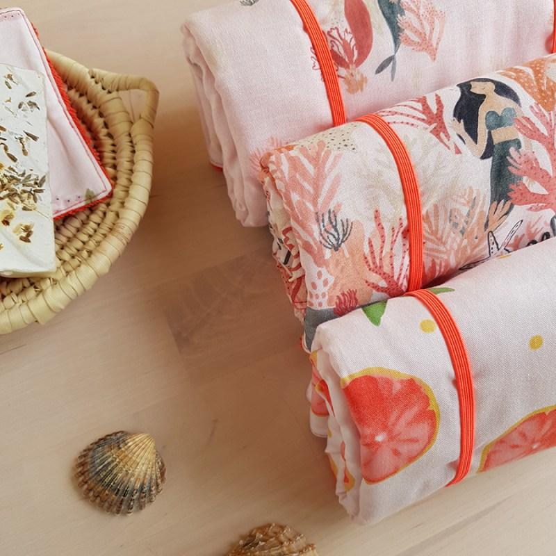 tapis a langer nomade promenade avec bebe accessoire naissance puericulture cadeau fille sirene oekotex made france lyon createur bilboquet orange rouge corail rose