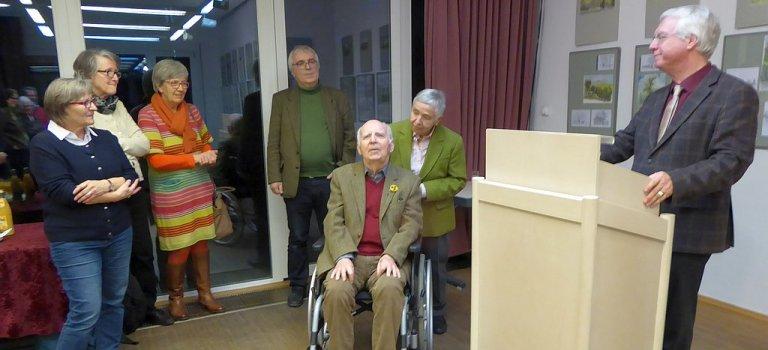 Bildunterschrift: Gelungener Ausstellungs-Auftakt bei BildungEvangelisch. Von links nach rechts: Ausstellungsbesucherinnen, Pfarrer Christof Henzler, Künstler Rudolf Henzler, Ursula Henzler, Dekan Peter Huschke.