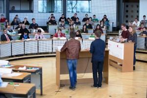 """Schüler beim wettbewerb """"Jugend debattiert"""" 2016 im Sächsischen Landtag"""
