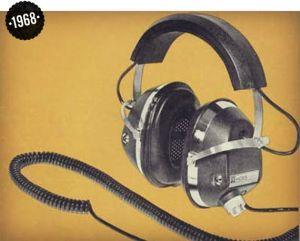 Koss ESP/6 Dahili güç beslemeli Elektrostatik Kulaklık           Dinamik ve elektrostatik sürücülere ''Kulaklıklarda Sürücü Çeşitleri'' başlıklı yazımda ayrıca değineceğim.        1979 yılında, Sony, Walkman ile hayatımıza girdi ve müziğin mobil cihazlarla taşınabilir hale gelmesinin öncülerinden oldu. Sony Walkman ile birlikte gelen MDR-3L2 modeli de tüketicilere sunuldu.