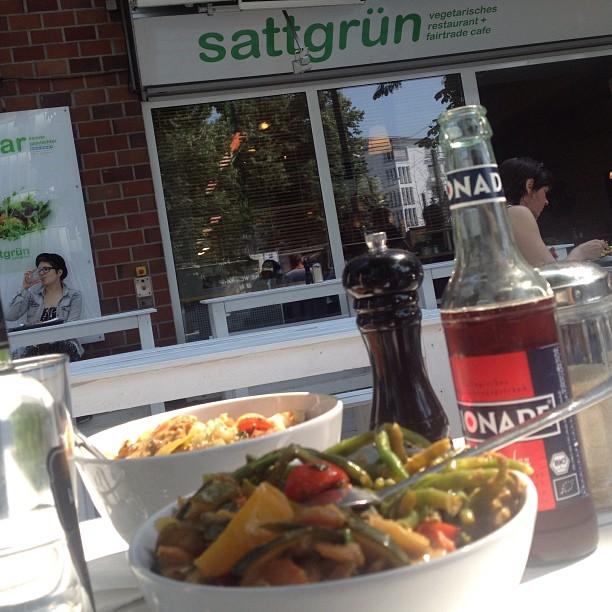 Gesunde, verspätete Mittagspause bei Sattgrün