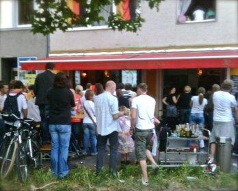 Rudelgucken im Fridas (Bilk). Kollektiver TV-Konsum zur WM 2010