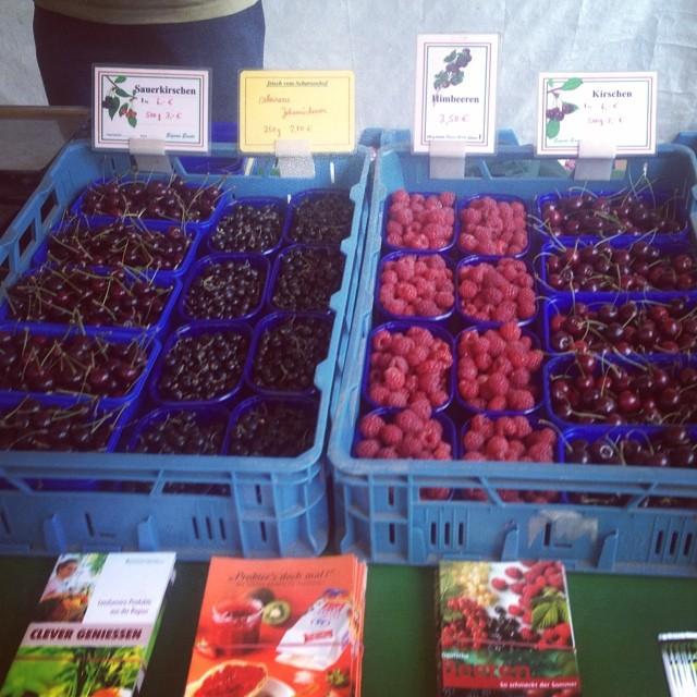 Einmal auf'n Bauernmarkt und zurück : Wer kann zu Sauerkirschen, Himbeeren und normalen Kirschen denn 'nein' sagen? :-)