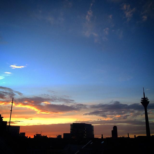 Abendlicht über der Stadt – Zeit um gegen Nazis auf die Straße zu gehen.