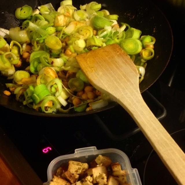 Vorfreude auf's Abendessen - mal sehen was aus Porree, Kartoffeln, Kichererbsen, Kokosmilch und Curry (nebst Tofu) so wird :-)