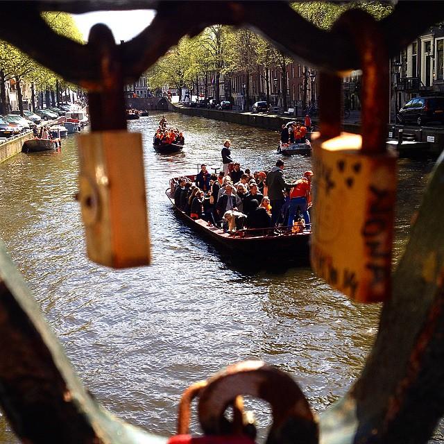 Koningsdag in Amsterdam – zu Lande, zu Wasser,…