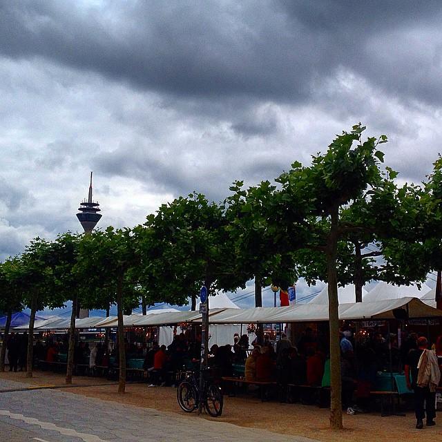 Lange Tafel am Rhein – eigentlich eine ganz schöne Idee, wenn's nur nicht so kommerziell wäre…