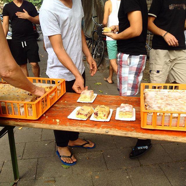 Kuchenessen an der Flüchtlingsunterbringung