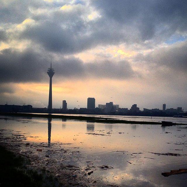 Bin von der Lichtstimmung leider aufgehalten worden... Musste erst mal ein paar Minuten am Rhein auf der nassen Wiese stehen und den Himmel anschauen.