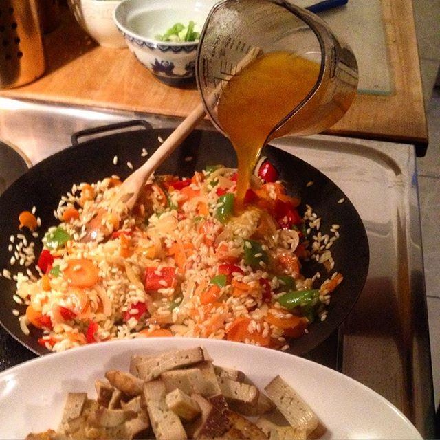 Es köchelt die Paella gemütlich vor sich hin - freuen uns auf einen ruhigen Samstagabend :-)