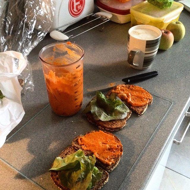 Brotaufstrichpaste in orange-rot mit Nüssen