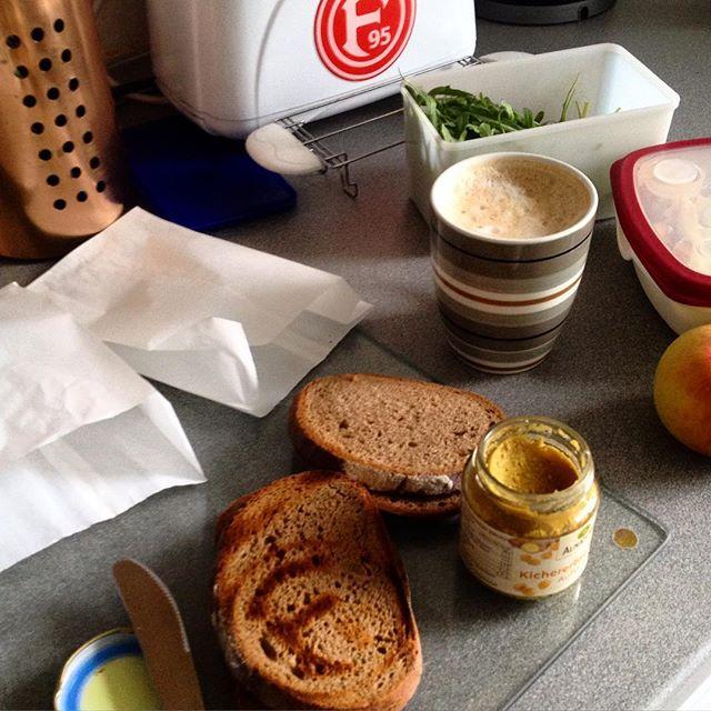 Frühstückszeit! Und morgen gibt es Ajvar für den Klassenerhalt :-)