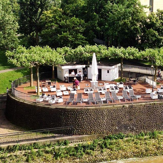 So, hab Durst und will Sonne haben :-) Och, schau an - eine Terrasse am Rhein.