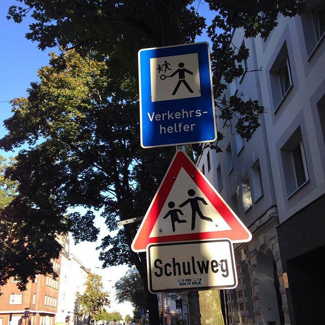 Ach ja - ab heute muss man wieder verstärkt auf müde SchülerInnen im Straßenverkehr achten ;-) Gut das es ehrenamtliche Schülerlotsen gibt...