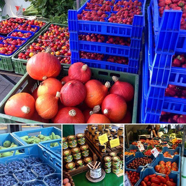 Flux über den Bauernmarkt am Friedensplätzchen gewuselt und Hokkaido und andere Kürbissorten, neben Erdbeeren, Pflaumen und Birnen entdeckt :-) Es wird nur leider heute keinen Spinat geben - der braucht erst einmal wieder Wasser...