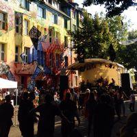 """""""Uns die 'Kiefern' - euch die Kö"""" - auf'm Straßefest auf der Kiefernstraße ist es bunt, frech, laut & nett ;-)"""