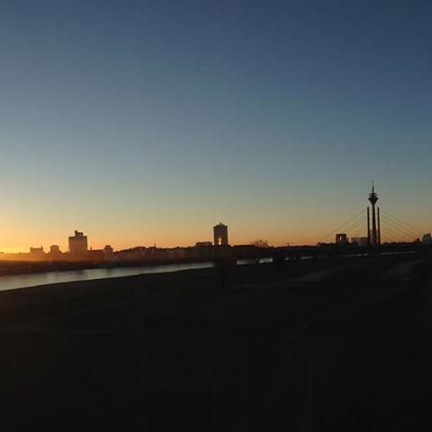 Ein knackig, kalter Morgen und die Stadt erwacht. Langsam. #nofilter #duesseldorf