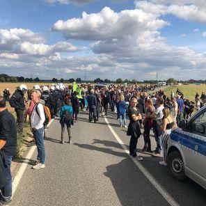 Es sind viele, viele Menschen auf der Straße und vor allem auf den Feldern unterwegs... dann warten wir mal auf die 'zufällig' ausgefallenen Züge aus Köln...