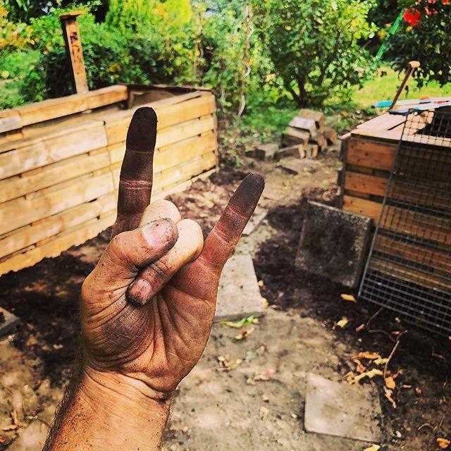 Kleingärtnern ist quasi wie Punkrock ;-) Ich liebe den Dreck unter den Fingern, die verschwitzten Stunden im Garten, das bunte Leben um einen herum - und, nachdem alles vorbei ist, auf dem Boden herumlungern und die klare Luft genießen :-)