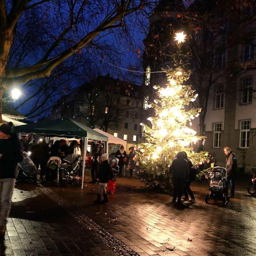 Auf dem Friedensplätzchen in Unterbilk sammeln sich langsam die Kinder und Eltern am Weihnachtsbaum und warten zusammen auf den Nikolaus – und dies trotz Regens. Freuen uns schon auf Kekse, Glühwein, warmen Apfelsaft und Waffeln :-)