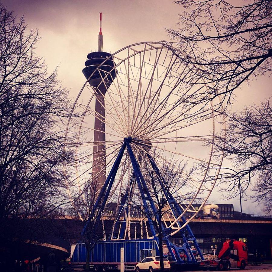 … ist denn schon wieder Weihnachten? ;-) KrassOmat, wir bekommen endlich mal ein 'kleineres' Riesenrad neben den Rheinturm gestellt…